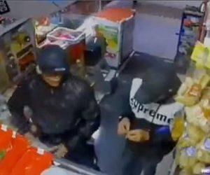 【動画】2人組の強盗が店でレジで支払いをする瞬間、銃で店主を襲うが店主も銃を構え…