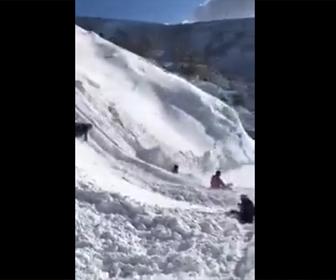 【動画】雪の斜面をソリで滑り降りるが雪崩が発生してしまう衝撃映像
