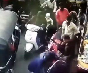 【動画】バイク運転手が運転操作で口論になり、武器で殴りかかろうとするが…【ロードレイジ】