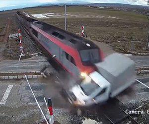 【動画】遮断機が下りた踏切にトラックが入ってしまい猛スピードの電車が…