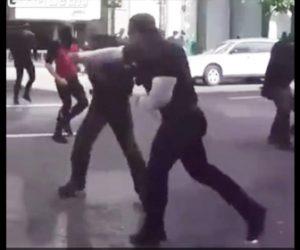 【動画】デモ参加者が警棒で殴りかかる警察官を強烈なパンチで殴り倒す衝撃映像