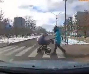 【動画】ベビーカーを押して母親が横断歩道を渡るが飲酒運転の車にベビーカーがはね飛ばされてしまう衝撃事故映像