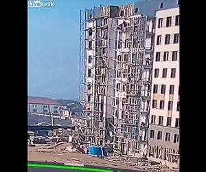 【動画】建設現場で足場が崩壊、10階の高さから作業員が落下してしまう衝撃映像