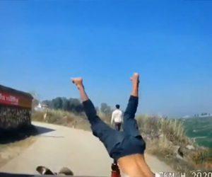 【動画】猛スピードで走るバイクが坂道のカーブを曲がり切れず…