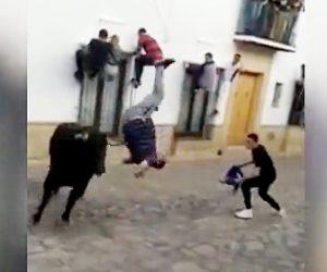 【動画】闘牛祭りで男性が門にしがみ付き暴れ牛から必死に逃げるが、門から降りた瞬間…