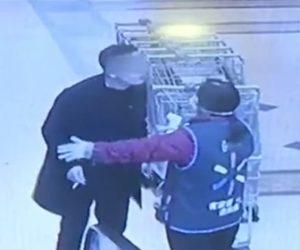 【動画】中国のウォルマートで女性がマスクをしていない男の体温を測ろうとするが…