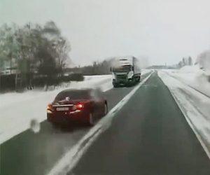 【動画】無理に前の車を追い越そうとした車がコントロールを失い対向車のトラックと正面衝突してしまう