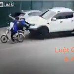 【動画】バックで出ようとする車とバイクが接触事故を起こした直後に恐ろしい事故が…