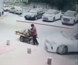 【動画】路上でフルーツを売る女性に猛スピードの車が突っ込んでくる衝撃事故映像