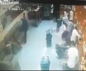 【動画】美容室に銃を持った強盗が現れるが散髪中の男性が銃を取り出し…