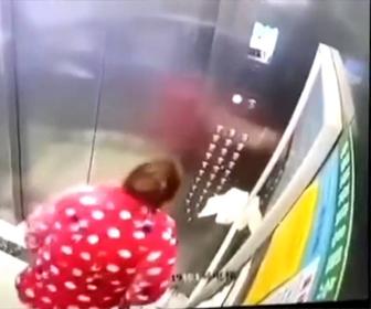 【動画】中国重慶でエレベーターのボタンに唾を吐きかけた女性が逮捕される衝撃映像