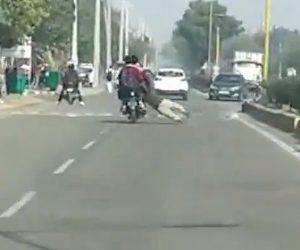 【動画】3人乗りバイクを警察官が止めようとし必死にバイクにしがみ付くが…