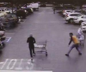 【動画】 警察官から必死に逃げる万引き犯に男性がショッピングカートを投げつける衝撃映像