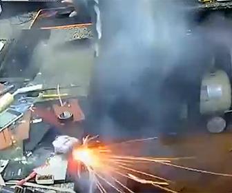 【動画】充電中のバッテリーが突然爆発する衝撃映像