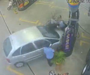 【動画】ガソリンスタンドで給油中のバイクに車が突っ込んでくる衝撃映像