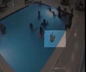 【動画】2歳の男の子がプールで溺れプールの底に沈んでしまう衝撃映像