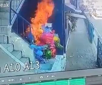 【動画】子供達が風船の束にタバコを投げ込み走って逃げる衝撃映像