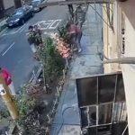 【動画】作業員が歩道の生垣にスコップを入れた瞬間、感電し倒れてしまう衝撃映像
