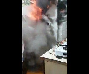 【動画】コンロに火を付けた瞬間、壁が爆発してしまう衝撃映像