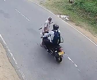 【動画】おじいさんが猛スピードのバイクにはね飛ばされてしまう衝撃事故映像