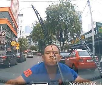 【動画】マレーシアの当たり屋がヤバい。タバコをくわえた男がゆっくり車に近づき…