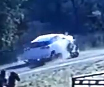 【動画】野生の牛が道を走るバイクに突っ込み車に轢かれてしまう衝撃映像