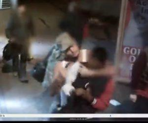【動画】バスを降りた男性が突然後ろから強盗に襲われナイフで刺されてしまう衝撃映像