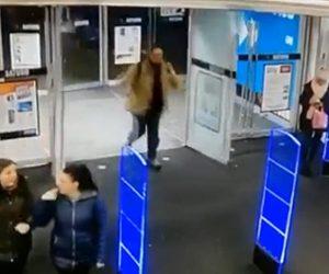 【動画】男性が店のドアを勢いよく開けた瞬間、ドアが粉々に割れてしまう衝撃映像