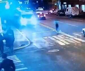 【動画】男性が道を渡ろうとするが猛スピードの救急車にはね飛ばされてしまう衝撃映像