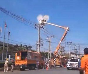 【動画】高所作業車で作業する男性が電線に触れ感電してしまう衝撃映像
