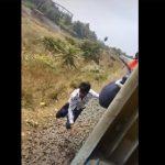 【動画】男性が猛スピードで走る列車にしがみ付くが落下してしまう衝撃映像