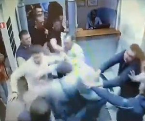 【動画】ナイトクラブ入口で大乱闘。殴り倒された男性が車のトランクに押し込まれ…