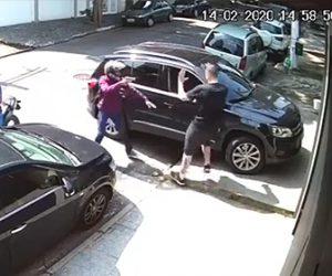 【動画】車から降り電話中の男性がバイクに乗った武装強盗に襲われてしまう衝撃映像