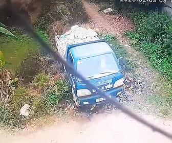 【動画】トラックが荷台の石を池に入れようとするがコントロールを失い池に落下してしまう衝撃映像