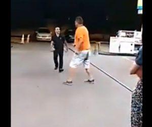 【動画】酔っぱらった大男VS警備員 お男が警備員を追い回すが…衝撃ノックアウト