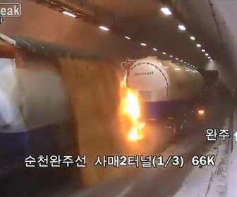 【動画】大型トラックがトンネルで停車し、後続車が次々と突っ込み炎上してしまう衝撃事故