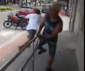 【動画】警察官から逃げる男が道を歩く男性に足を引っかけら転倒。警察官に逮捕される。