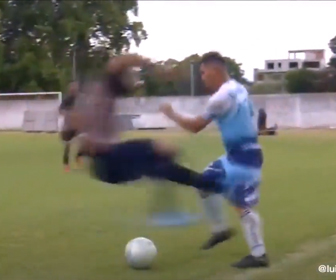 【動画】サッカーの試合で酷すぎるタックスで大乱闘になる衝撃映像