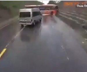【動画】無理に追い越しをした車を避けようとしたバスが横滑りし突っ込んでくる衝撃事故映像