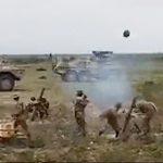 【動画】軍隊のデモパフォーマンスで大砲の前に立ってしまった兵士が…