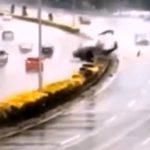 【動画】雨が降ると事故が多発する魔のカーブ。次々と車がスリップしクラッシュする衝撃映像