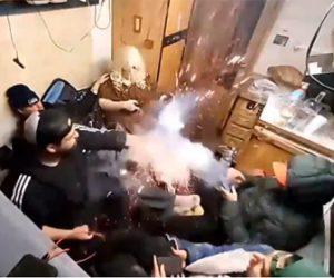 【動画】爆竹に火をつけて投げようとするが手のひらで爆発してしまう衝撃映像