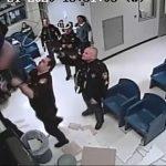 【動画】警察に捕まった女が留置場から脱走。天井裏に侵入し逃げようとするが…
