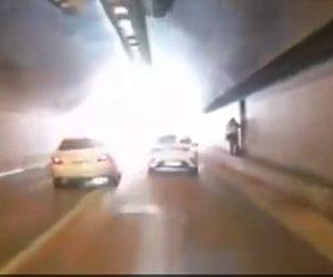 【動画】トンネルで猛スピードの車が追い越しをするがコントロールを失い…