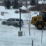 【動画】雪で動けなくなったSUV車を重機で引っ張るが…