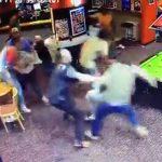 【動画】バーで口論になった男性が強烈なパンチで殴り倒され大乱闘になる衝撃位映像