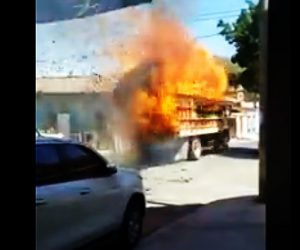 【動画】 荷台の荷物が大炎上している大型トラックが猛スピードで走り去る衝撃映像