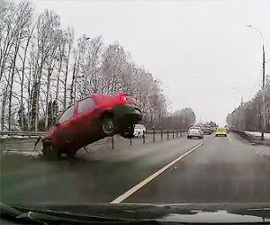 【動画】ブレーキが故障した車が猛スピードで横から飛び出してくる衝撃映像