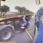 【動画】スクーターが停車車両を避けて対向車線のトレーラーギリギリを通ろうとするが…