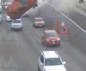 【動画】橋を下ってきた猛スピードの車が分離帯に激突。車が宙を舞いドライバーが放り出される衝撃映像